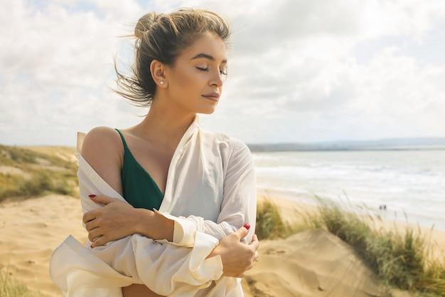 Belle Femme Profitant De La Brise De La Mer En Se Promenant à La Plage Photo Premium