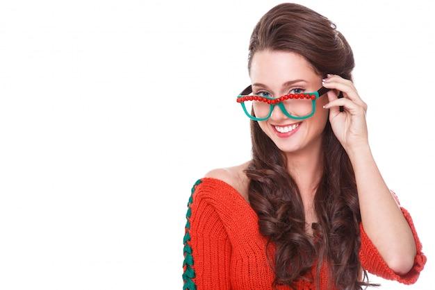 Belle femme en pull rouge Photo gratuit