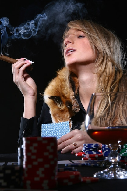 Belle femme qui fume un cigare Photo gratuit