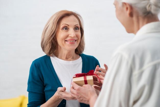 Belle femme recevant un cadeau Photo gratuit