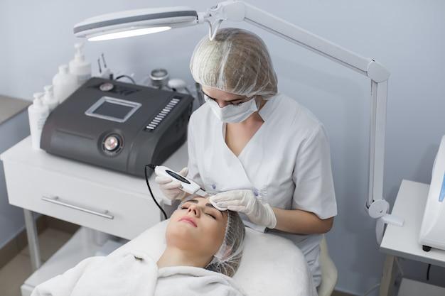 Belle Femme Recevant Une Cavitation à Ultrasons Photo Premium