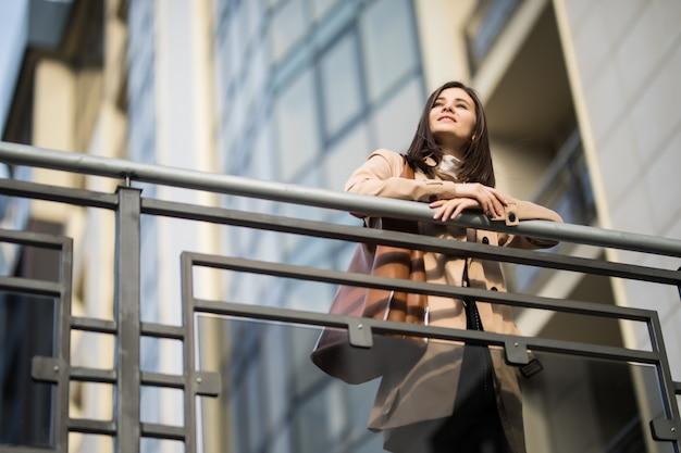 Belle Femme Reste Sur Le Pont Par Une Journée Ensoleillée D'automne Photo gratuit
