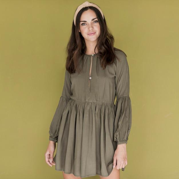 Belle femme avec une robe et un bandeau dans ses cheveux Photo gratuit