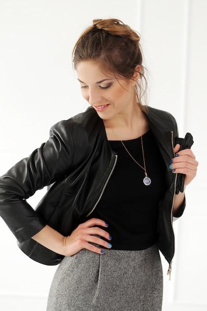 Belle femme en robe noire Photo gratuit