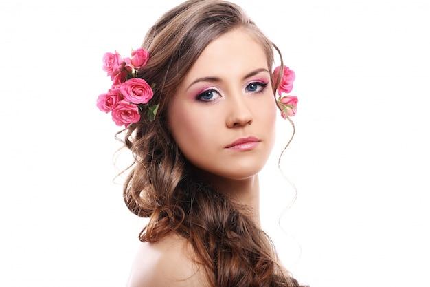Belle Femme Avec Des Roses Dans Les Cheveux Photo gratuit