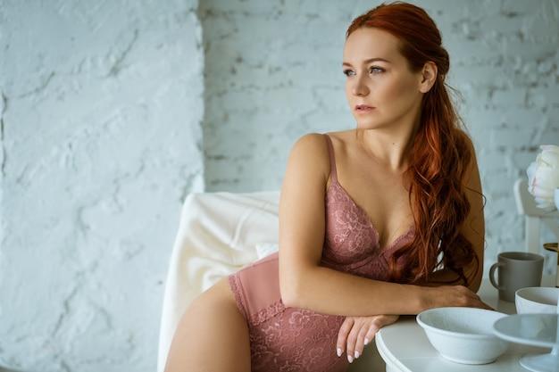 Belle Femme Rousse En Lingerie Résille Rose Dans La Cuisine Photo Premium