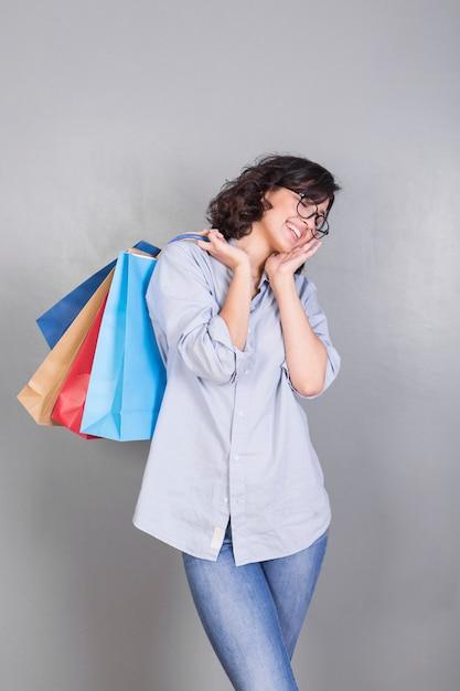 Belle femme avec des sacs dans le dos Photo gratuit