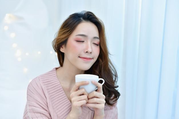 Belle femme se détend dans une chambre blanche. Photo Premium