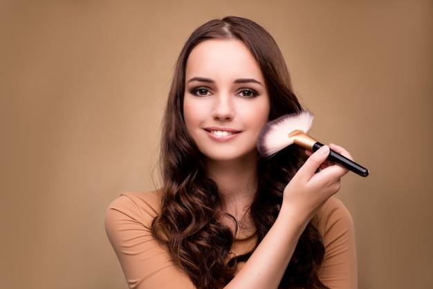 Belle femme se maquiller dans le concept de beauté Photo Premium