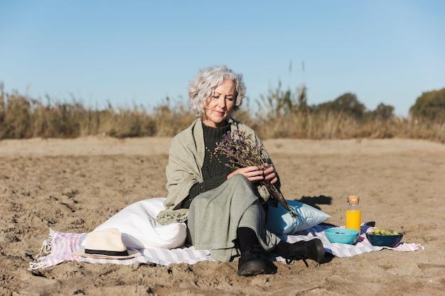 Belle Femme Senior Détente En Plein Air Photo gratuit