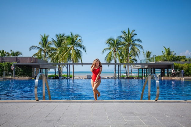 Belle femme sortant d'une piscine Photo Premium