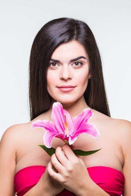Belle Femme Souriante Avec Un Lis Isolé Sur Fond Blanc Photo gratuit