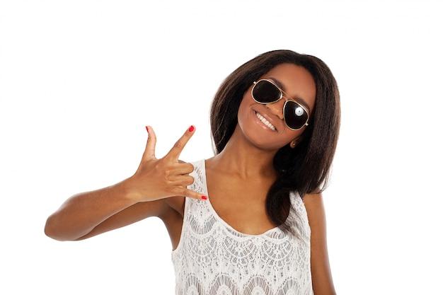 Belle femme souriante à lunettes de soleil Photo gratuit