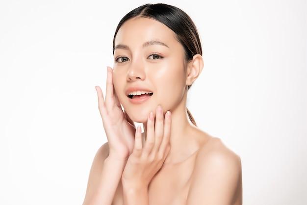 Belle femme souriante avec une peau propre Photo Premium