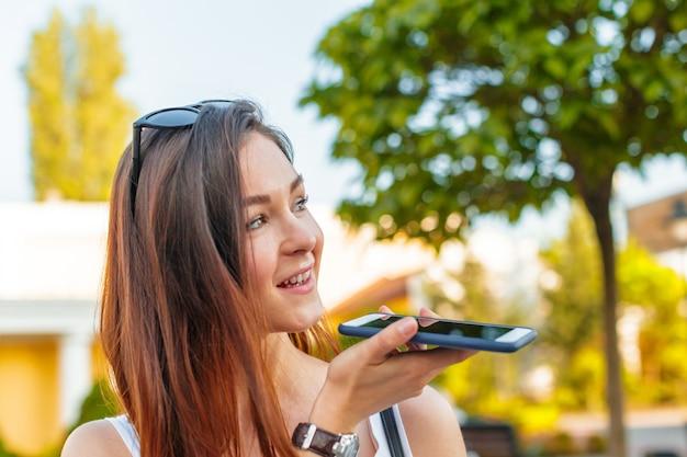 Belle Femme Souriante Avec Téléphone Portable Marchant Dans La Rue Photo Premium