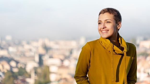 Belle femme souriante tir moyen Photo gratuit