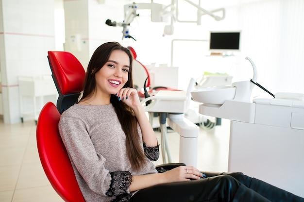 Belle Femme Sourit Dans Le Fauteuil Dentaire Photo Premium