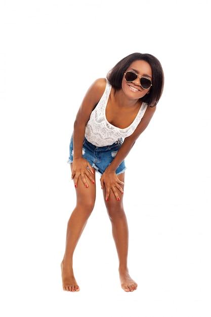 Belle femme sourit en se tenant sur ses orteils Photo gratuit