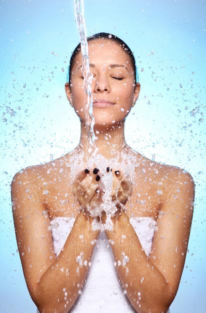 Belle Femme Sous Les éclaboussures D'eau Photo gratuit
