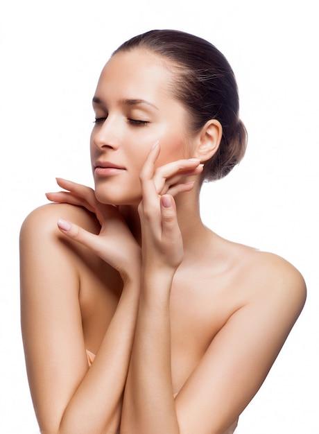 Belle femme spa toucher son visage. Photo Premium