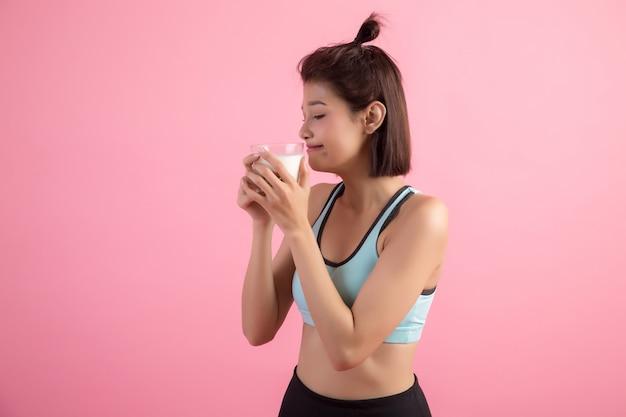 Belle femme sportive buvant du lait Photo gratuit