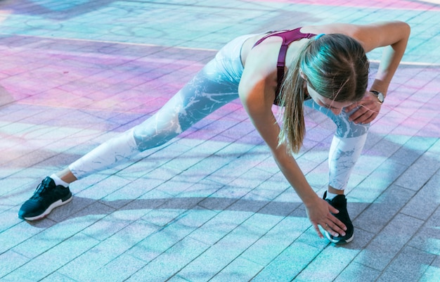 Belle femme sportive faisant des exercices sur le sol Photo gratuit