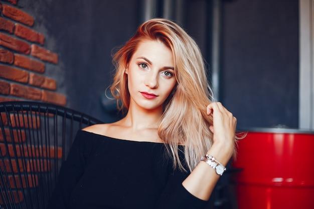 Belle femme en studio Photo gratuit