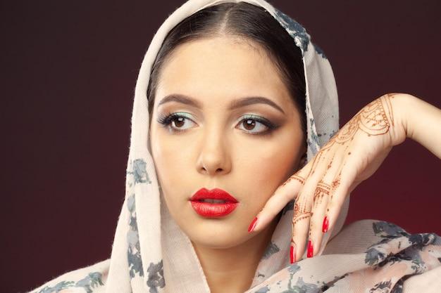 Belle femme de style oriental avec mehendi sur dark Photo Premium