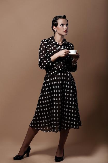 Belle Femme Avec Une Tasse De Café Photo gratuit