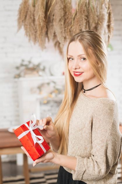 Belle femme tenant un cadeau romantique Photo gratuit
