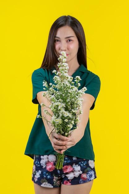 Belle Femme Tendre La Fleur Sur Ses Mains   Photo Gratuite