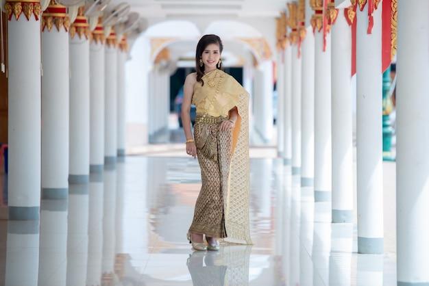Belle femme thaïlandaise en costume traditionnel au temple de thaïlande Photo gratuit