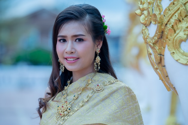 Belle femme thaïlandaise en costume traditionnel dans le temple de phra that choeng chum en thaïlande Photo gratuit
