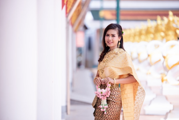 Belle femme thaïlandaise en costume traditionnel thaïlandais au temple Photo gratuit
