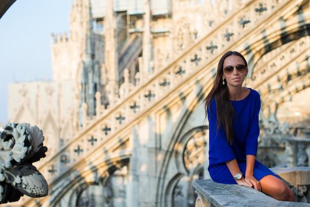 Belle femme sur le toit du duomo, milan, italie Photo Premium