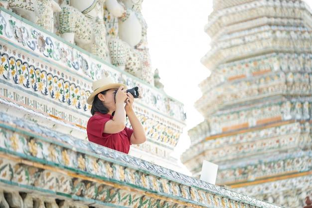 Belle femme touriste tenir la caméra pour capturer les souvenirs Photo Premium