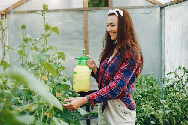 Belle femme travaille dans un jardin Photo gratuit