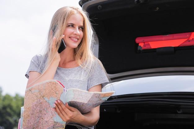 Belle femme vérifiant la carte Photo gratuit
