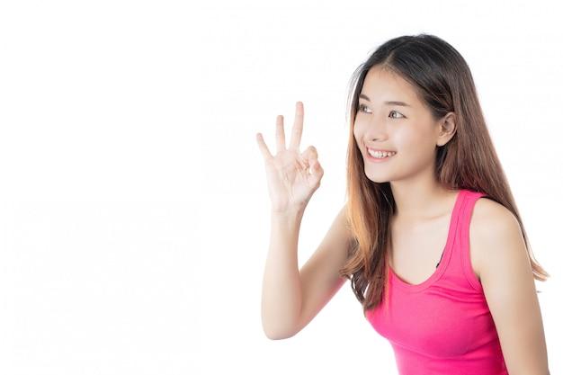 Belle femme vêtue d'une chemise rose avec un sourire heureux sur fond blanc Photo gratuit
