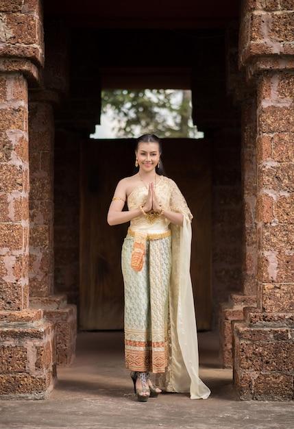 Belle femme vêtue d'une robe thaïlandaise typique Photo gratuit
