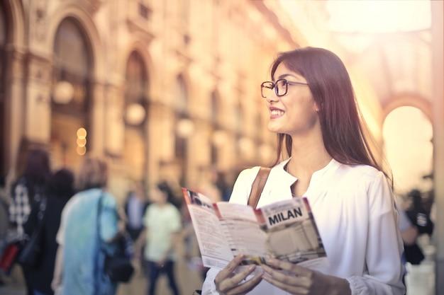 Belle femme en visite de ville Photo Premium