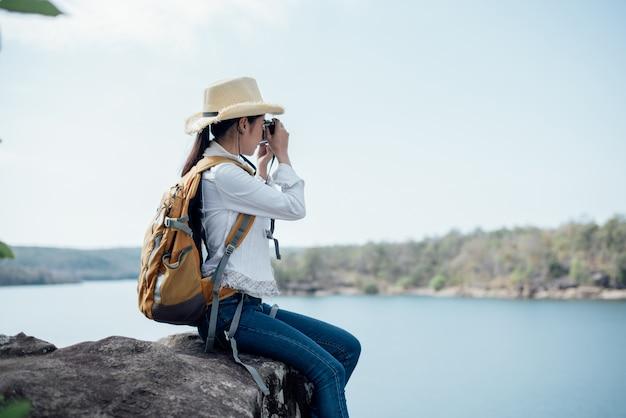 Belle femme voyageur photographiant des temples Photo gratuit