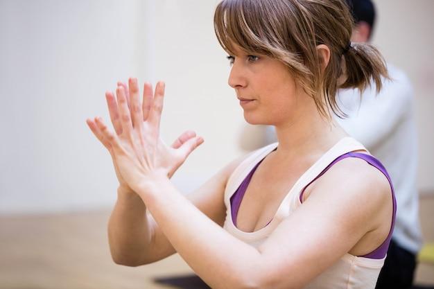 Belle Femme Yoga Effectuer Photo gratuit