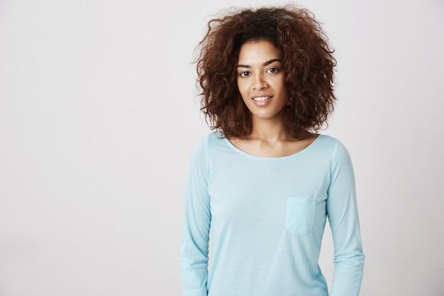 Belle Fille Africaine En Chemise Bleue Souriante. Photo gratuit
