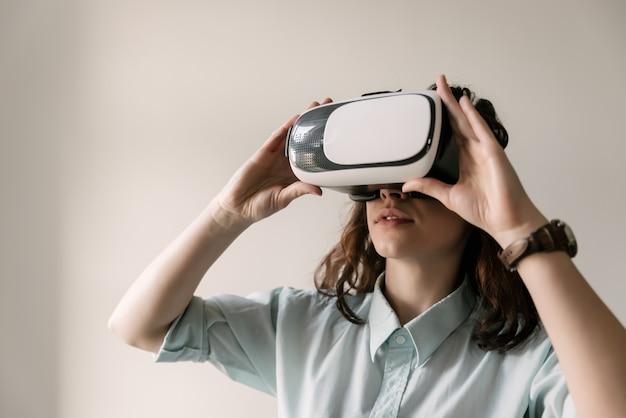 Belle fille à l'aide de lunettes de réalité virtuelle. masque de réalité virtuelle. vr. Photo Premium