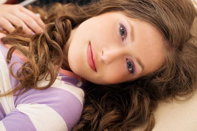Belle fille allongée sur le sol Photo gratuit