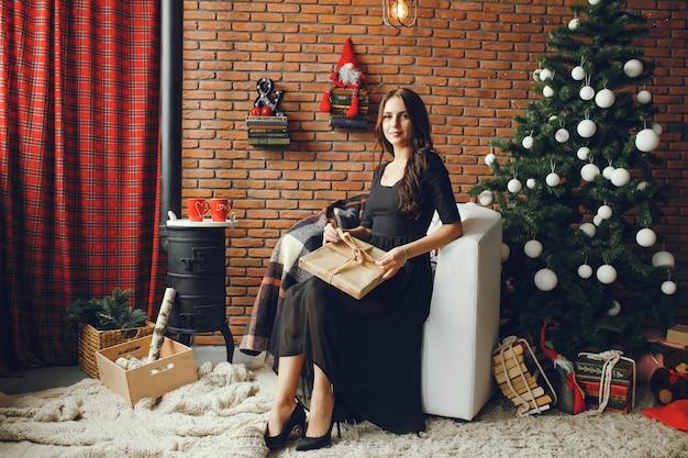 Belle fille assise dans une chambre de noël Photo gratuit