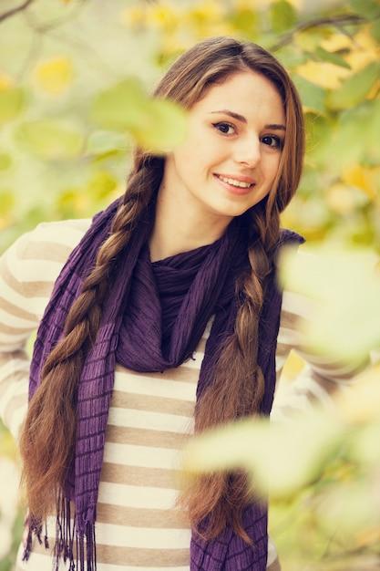 Belle fille au parc de l'automne. Photo Premium