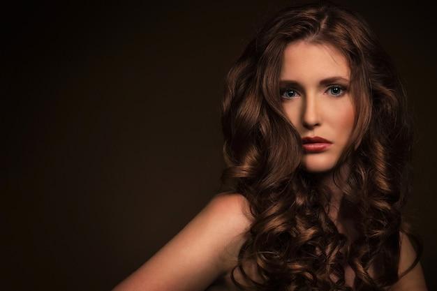 Belle fille aux cheveux bouclés Photo gratuit