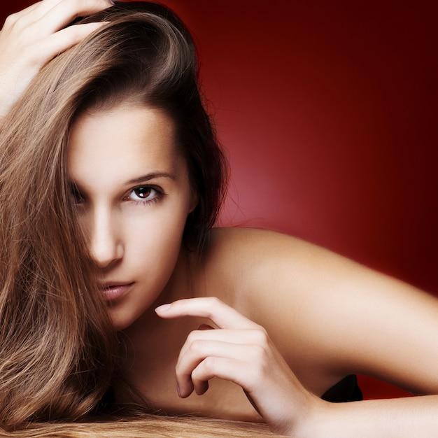 Belle fille aux cheveux longs en bonne santé Photo Premium